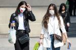 Прохожие в медицинских масках в Баку. Правительство Азербайджана приняло решение смягчить карантинные ограничения, которые были введены в рамках борьбы с пандемией коронавируса.