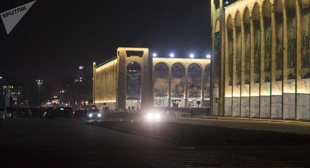Вид на центральную площадь Ала-Тоо ночью в Бишкеке. Архивное фото