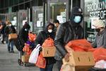 Кишилер Нью-Йорктогу мобилдик тамак-аш банктан гуманитардык жардамды алып жатышат. Архив