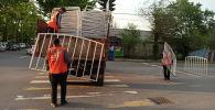 Бишкекте Тазалык ишканасынын кызматкерлери ички блокпостторду алып жатат.