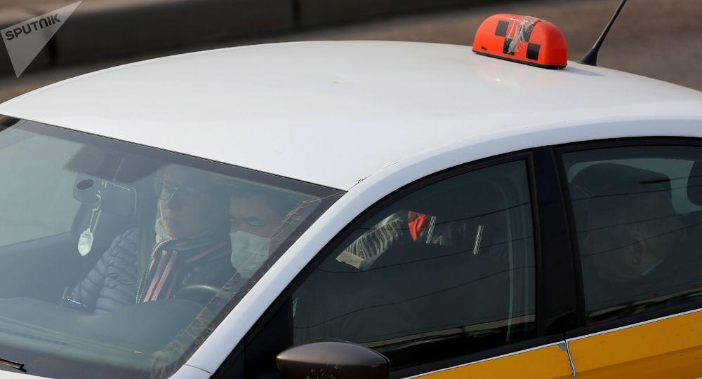 Автомобиль такси на одной из улиц в городе. Архивное фото