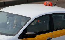 Автомобиль такси на одной из улиц города. Архивное фото