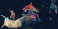 Плавучий Геркулес движется вниз по 5-й авеню в параде после мировой премьеры нового фильма Диснея Геркулес  в Нью-Йорке. 14 июня 1997 года