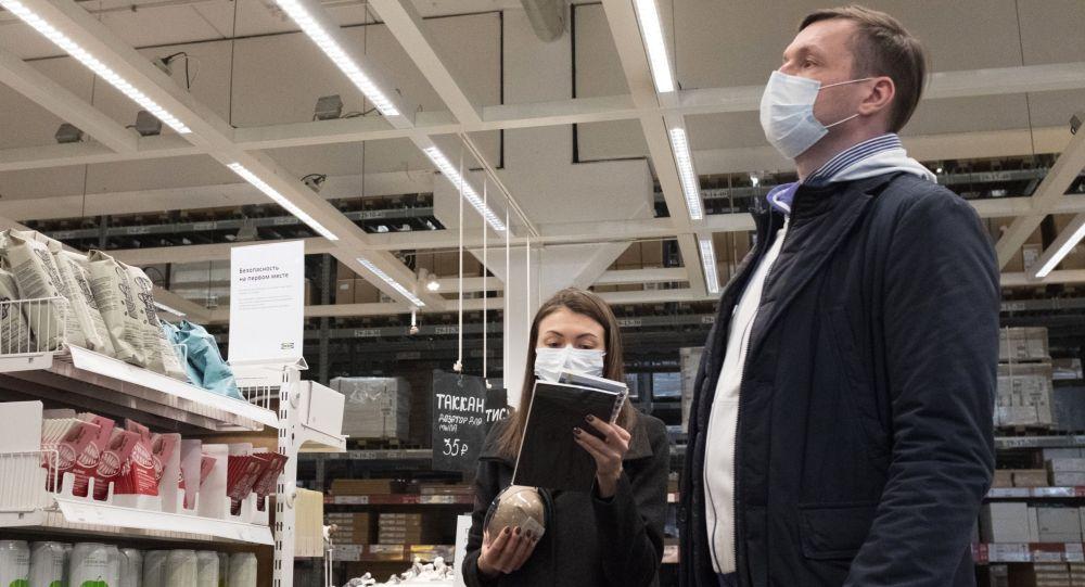 Покупатели выбирают товар в отделе продуктов в магазине. Архивное фото