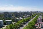 Вид на многоэтажные дома на проспекте Чуй в Бишкеке. Архивное фото