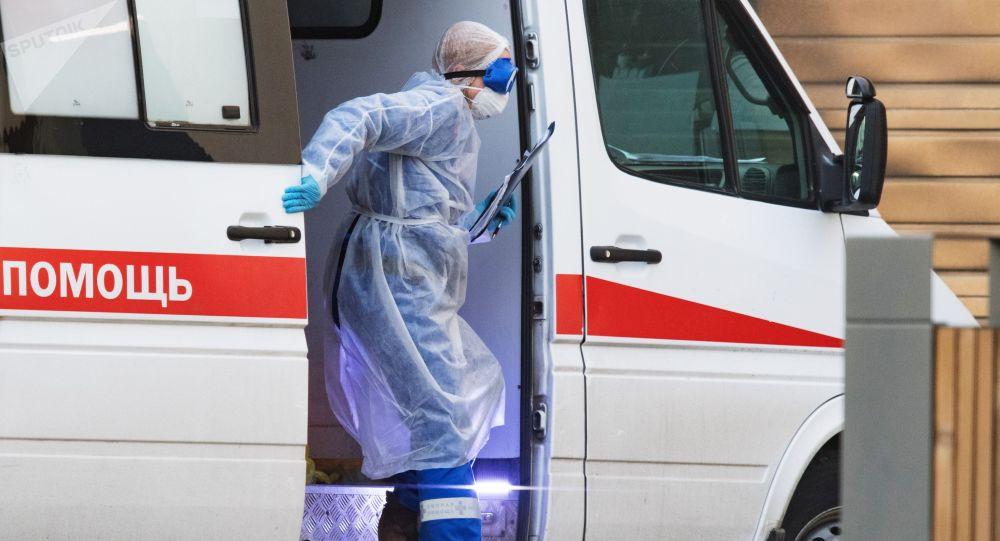 Медицинскай работникк у кареты скорой помощи. Архивное фото