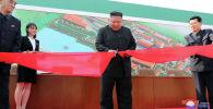 Лидер Северной Кореи Ким Чен Ын на церемонии по случаю завершения строительства завода по производству фосфатных удобрений в Сунчоне в Провинция Южный Пхёнган, Северная Корея. 1 мая 2020 года