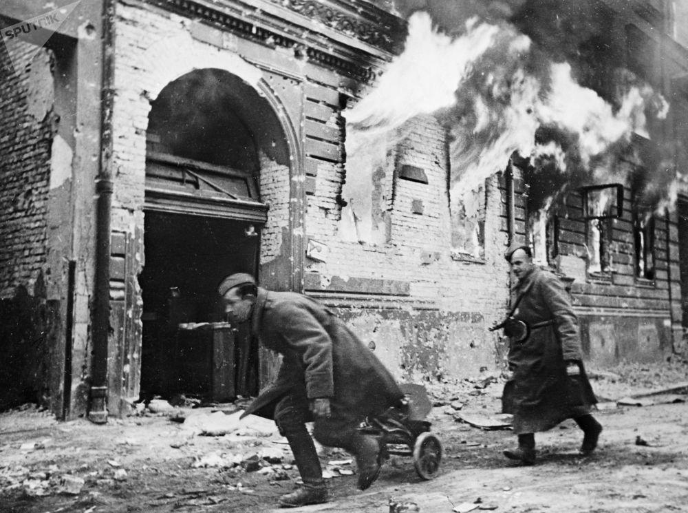 Берлинская наступательная операция продолжалась с 16 апреля до начала мая 1945 года. Город был главной стратегической целью весенней кампании. Там находились штаб-квартира и центральные структуры нацистов.