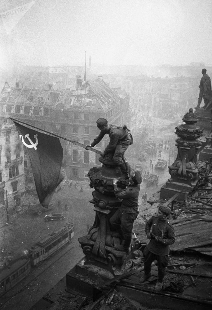 Знамя Победы водрузили над Рейхстагом 30 апреля, но бой за здание немецкого парламента продолжался еще два дня