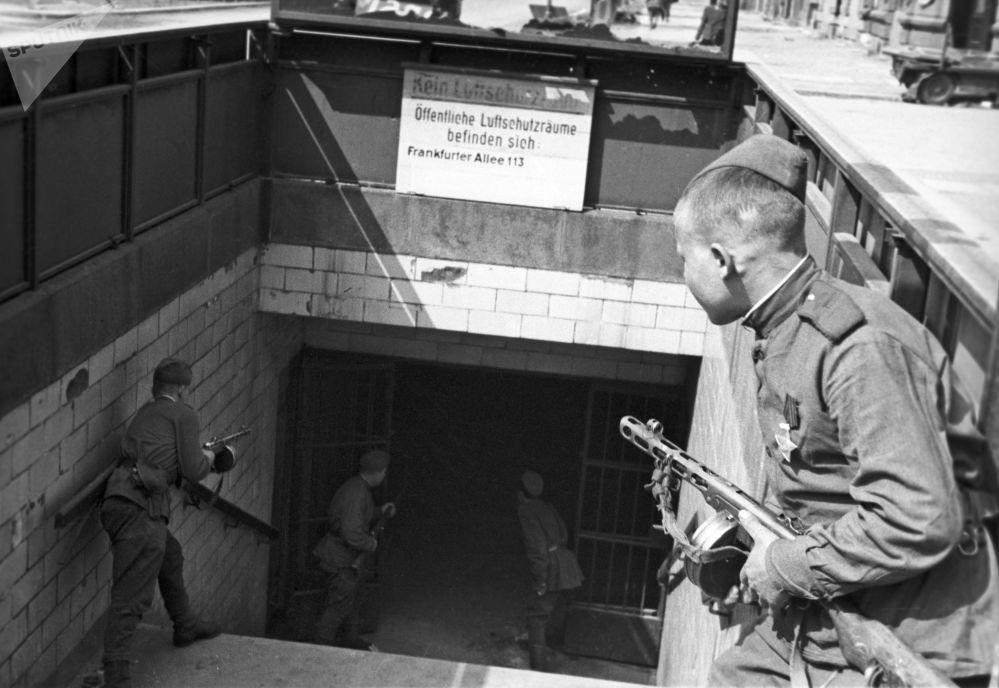 Берлинское метро служило для обороняющихся укреплением. Оно было третьим кольцевым обводом в обороне города. Первые два находились на окраинах и в 25-40 километрах от столицы.
