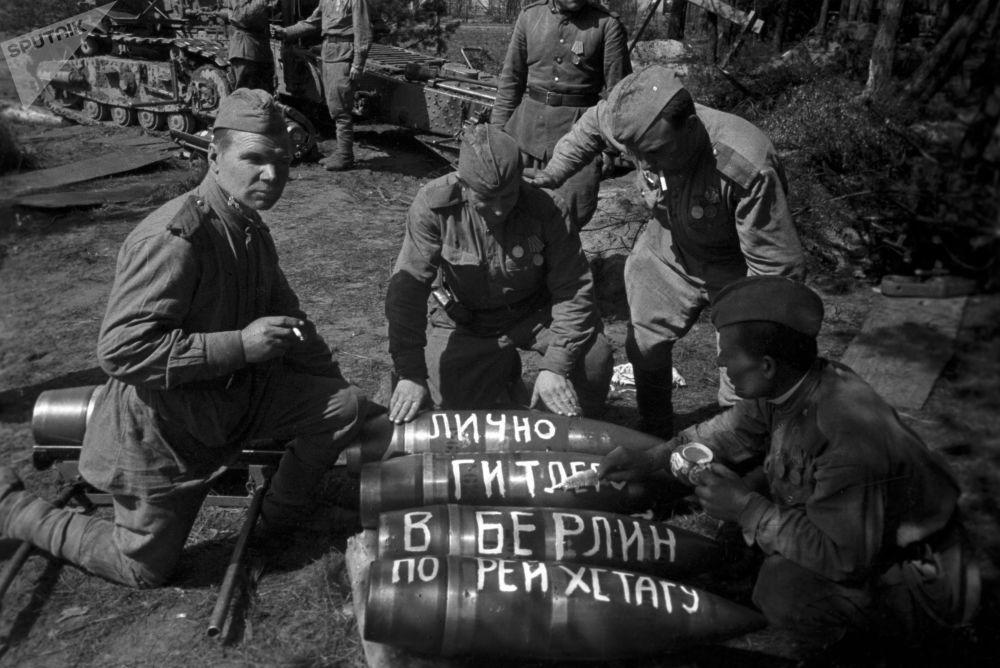 Так проходила подготовка к штурму центра немецкой столицы. На ракетах солдаты писали Лично Гитлеру в Берлин