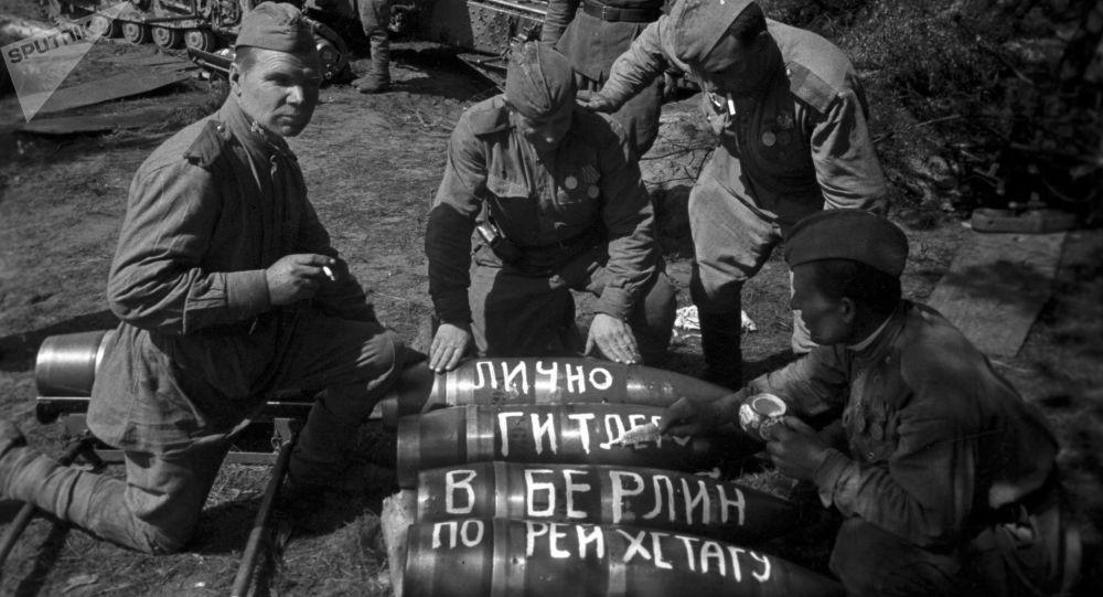 Советские артиллеристы готовятся к штурму Берлина, 1945 год