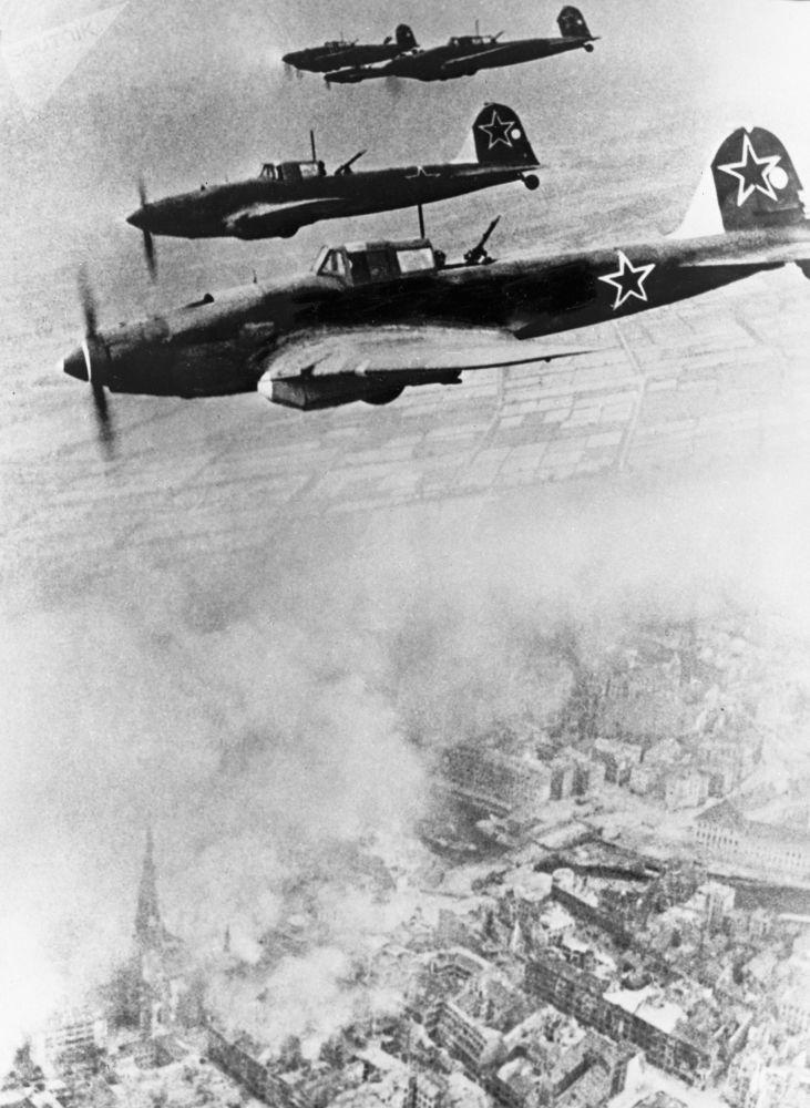 Советские самолеты над Берлином. Советское командование планировало нанести несколько мощных ударов, а затем уничтожить группировки врага по частям.
