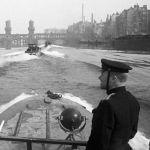 К боям привлекли и отряды полуглиссеров Днепровской военной флотилии. На фото: один из отрядов на реке Шпрее.
