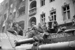 Советские солдаты слушают баян на улицах Берлина, 1945 год