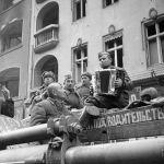 После штурма в Берлине развернули советские полевые кухни, где кормили голодных горожан. На фото: красноармейцы слушают баян.