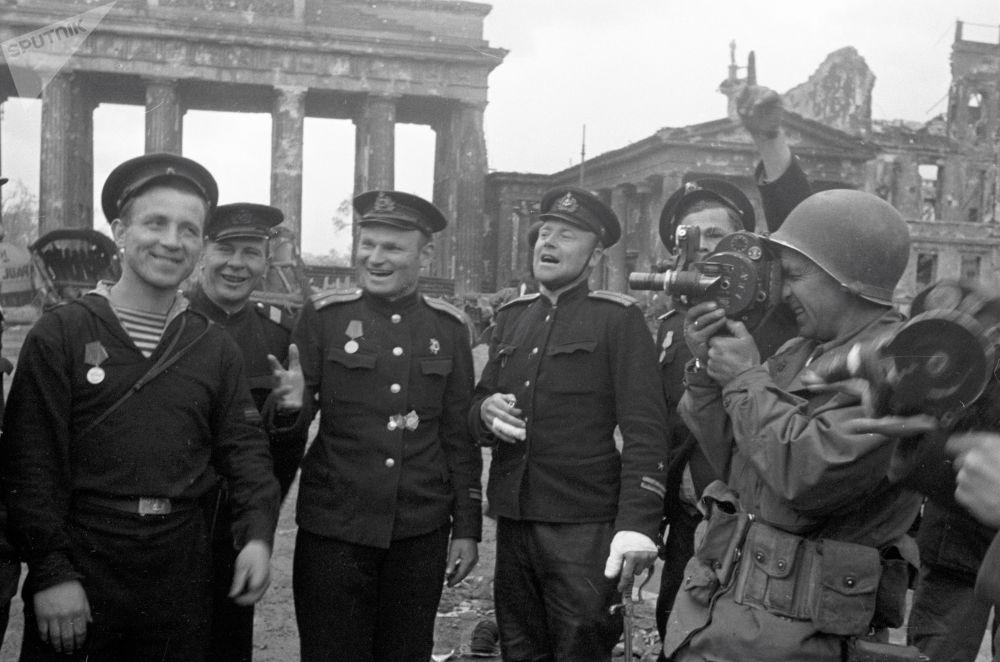 Первые фотографии победителей на фоне развалин немецкого города