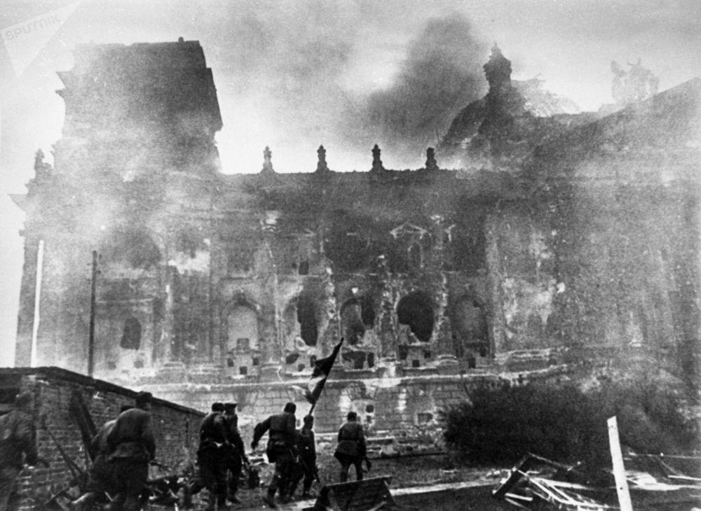 Штурм Рейхстага. 28 апреля в подчинении защитников Берлина оставалась только центральная часть города.