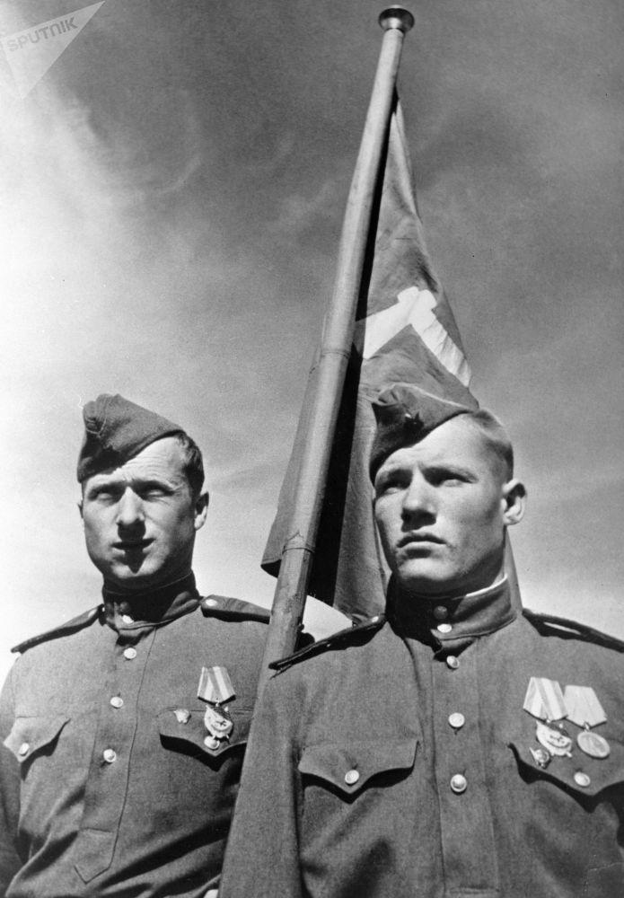 Разведчики 756-го стрелкового полка Михаил Егоров и Мелитон Кантария, водрузившие красное знамя над Рейхстагом