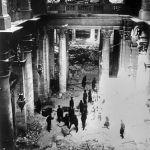 Советские бойцы в здании Рейхстага. Утром 2 мая комендант Берлина, генерал Гельмут Вейдлинг сдался в плен и приказал остаткам войск прекратить сопротивление.