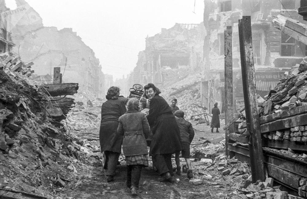 Жители Берлина возвращаются домой после окончания боев
