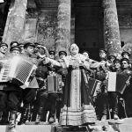 Перед красноармейцами выступает народная артистка РСФСР Лидия Русланова