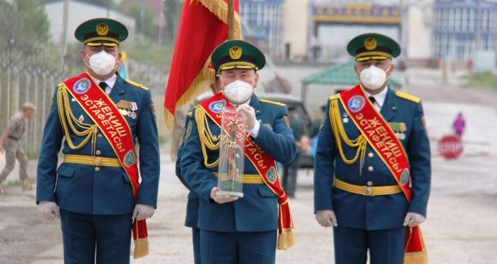 Кыргызстан принял от Казахстана эстафету Победы.  Церемония передачи символа эстафеты состоялась на контрольно-пропускном пункте Ак-Тилек-автодорожный на кыргызско-казахском участке госграницы.  2 мая 2020 года