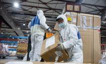 Груз с гуманитарной помощью в виде лекарств в аэропорту. Архивное фото