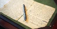 Старое письмо и ручка. Архивное фото
