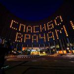 В Москве провели акцию поддержки медиков. В гостинице Космос включили свет так, что на фасаде загорелась надпись Спасибо врачам.