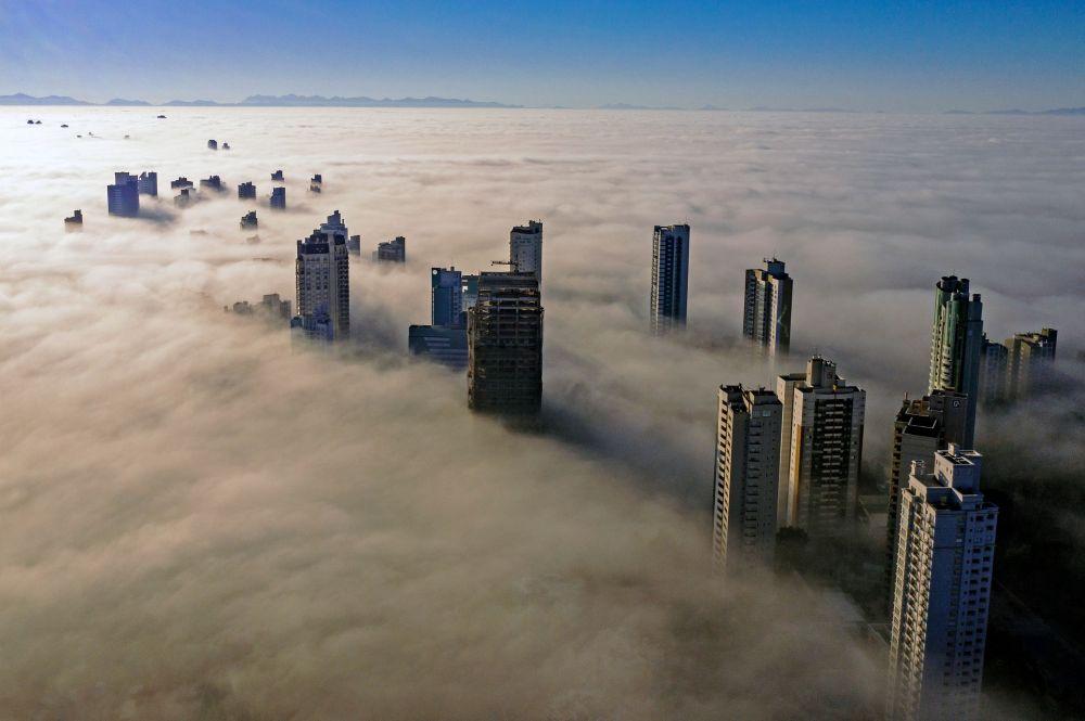 Небоскребы возвышаются над туманом в бразильском городе Куритиба