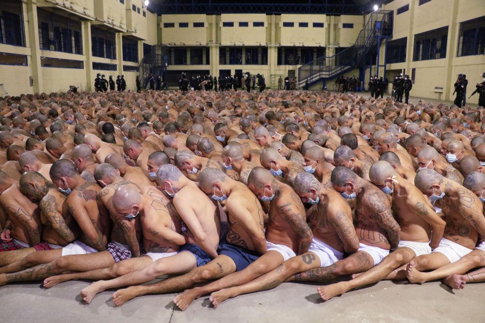 Президент Сальвадора Найиб Букеле объявил об ужесточении мер содержания и введении круглосуточного комендантского часа в тюрьмах, где содержатся члены преступных группировок и их главари. Такое решение было принято после резкого роста убийств в стране.