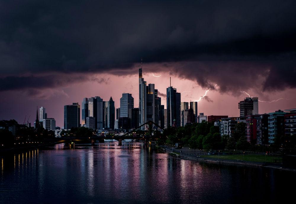 Молния во время грозы за зданиями банковского района во Франкфурте (Германия)