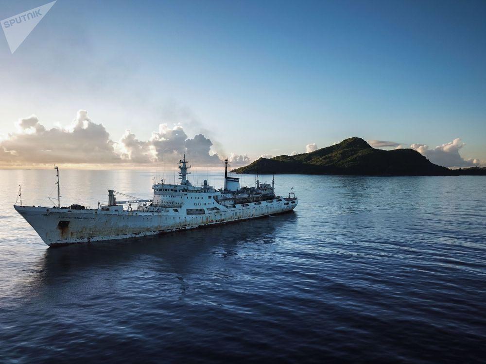 Исследовательское судно Адмирал Владимирский возле Сейшельских островов в Индийском океане. Судно совершает кругосветную экспедицию, посвященную 200-летия открытия Антарктиды русскими мореплавателями, с целью проведения комплексных  океанографических исследований.