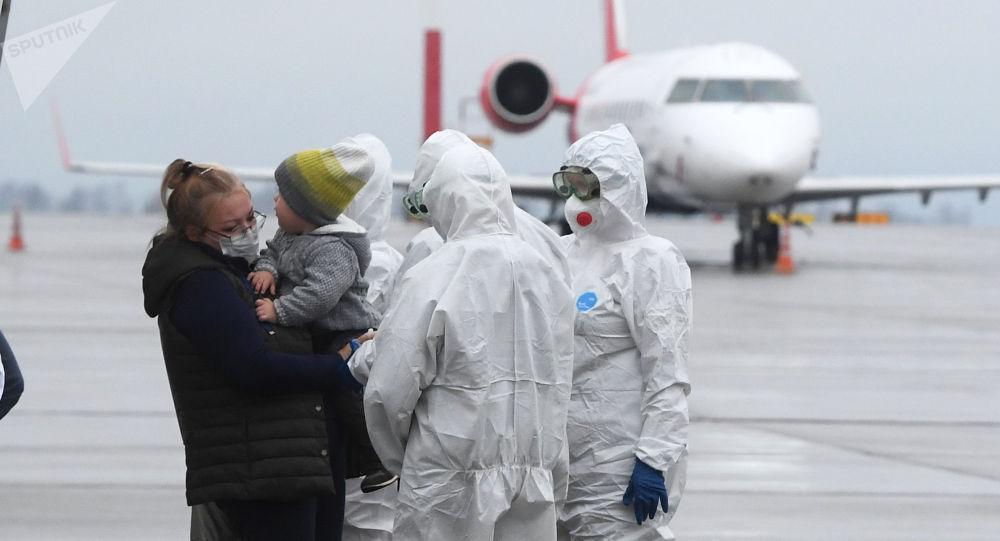 Медработники встречают пассажиров самолета