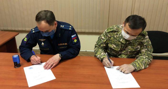 На российской авиабазе Кант состоялась передача средств радиационной, химической и биологической защиты, предоставленных Министерством обороны России Вооруженным силам Кыргызстана