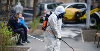 Сотрудник коммунальной службы проводит дезинфекцию улиц