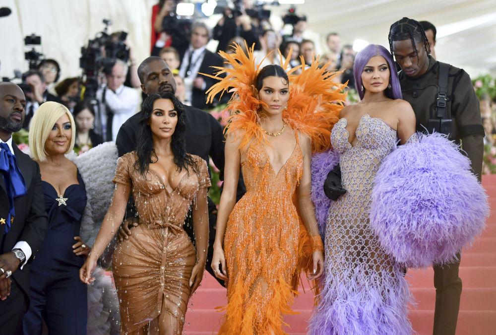 Ким Кардашьян с сестрами и мужем Канье Уэстом на бале в 2019 году