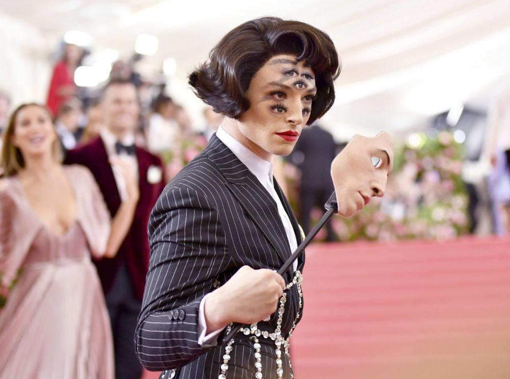 Актер и музыкант Эзра Миллер на торжественном открытии бала в 2019 году