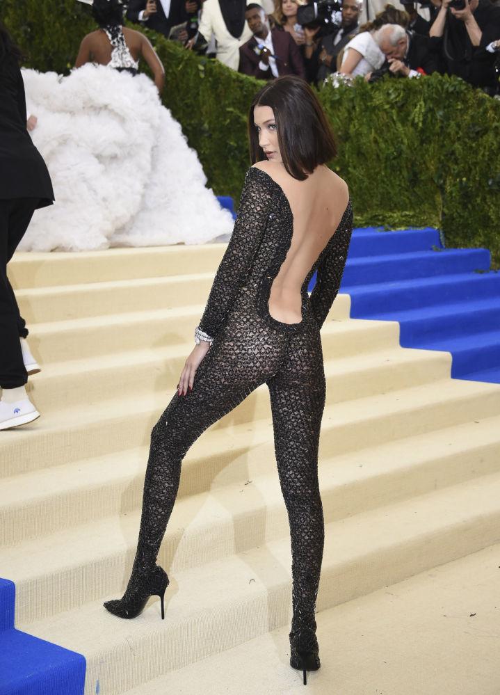 В таком костюме в 2017 году на бал пришла модель Белла Хадид