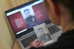 Москванын тургуну Өлбөс полк акциясына катыш үчүн онлайн заявканы толтуруп жатат.
