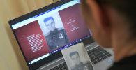 Жительница Москвы Анна Белорыбкина заполняет заявку для участия в акции Бессмертный полк онлайн.