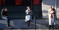 Девушки курят у торгового центра. Архивное фото