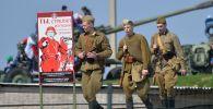 Реконструкторы в форме советских солдат в историко-культурном комплексе «Линия Сталина»
