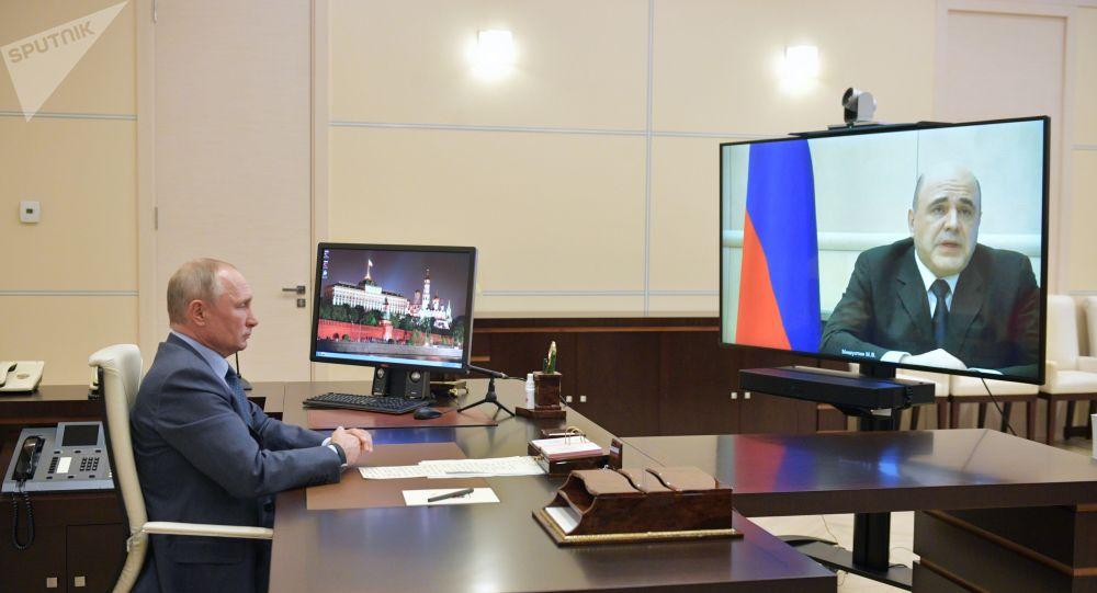 Россиянын президент РФ Владимир Путин Михаилом Мишустин менен онлайн сүйлөшүп жаткан учурда. Архив