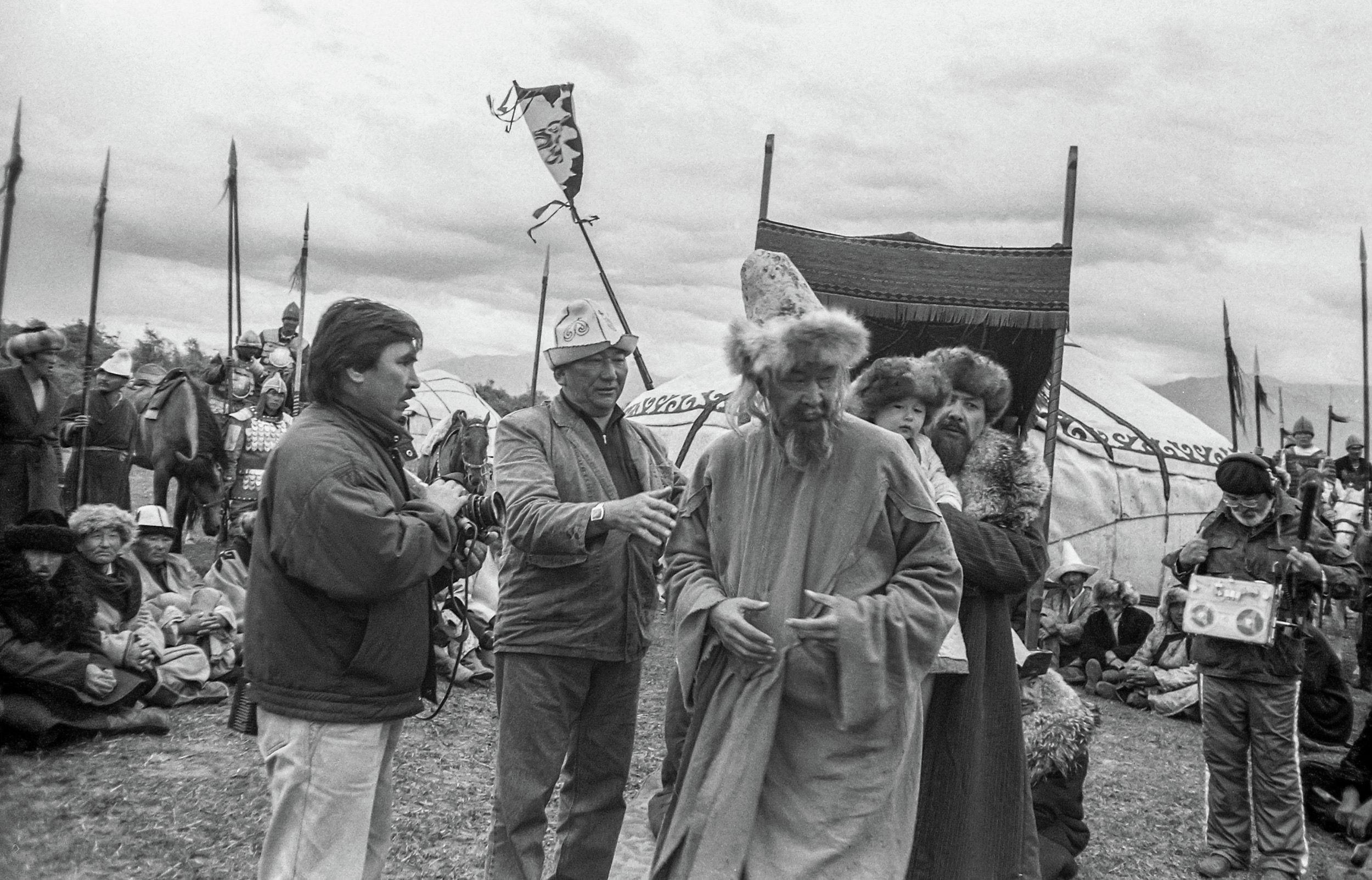 Кыргыз Республикасынын эл артисттери, режиссёрлор Тынай Ибрагимов, Мелис Убукеев жана залкар актёр Болот Бейшеналиевдин сүрөтү 1995-жылы Ысык-Көл облусундагы Жыргалаң дарыясынын боюнда тартылган.