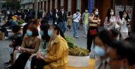 Пекиндеги көчөдөгү адамдар. Архивдик сүрөт