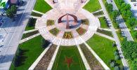Муниципальное предприятие Бишкекзеленхоз представило цветочную композицию на площади Победы в столице.