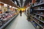 Аял супермаркетте азык-түлүк тандап жатат. Архив