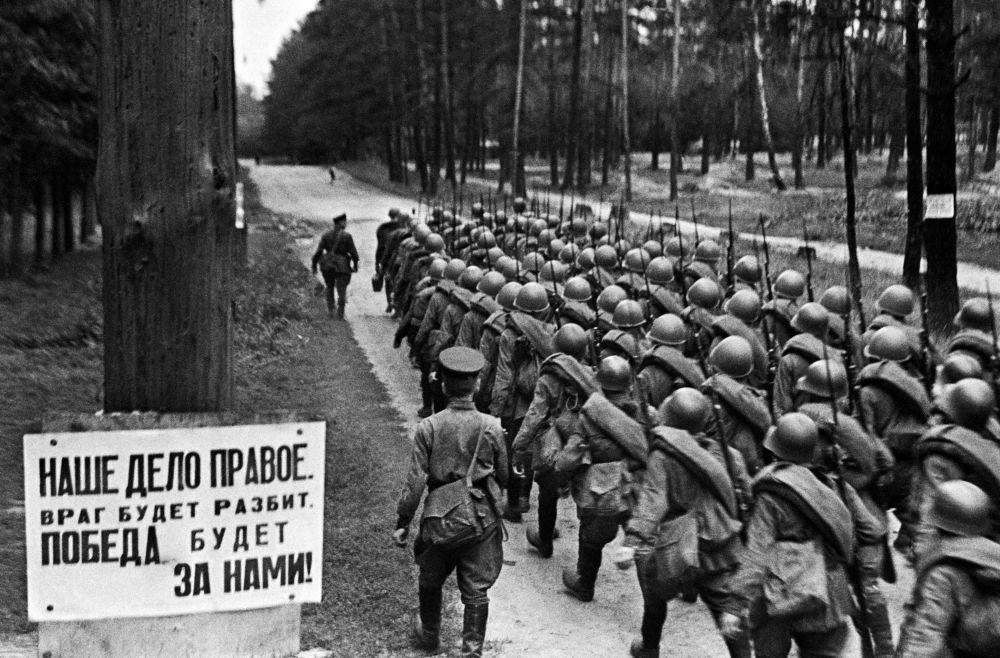 Мобилизация. Колонны бойцов движутся на фронт. Москва, 23 июня 1941 года.